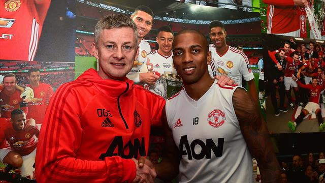 Young signs contract extension at United
