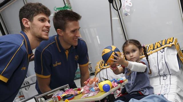 Los niños que se recuperan en el Materno reciben la visita del 'Granca'