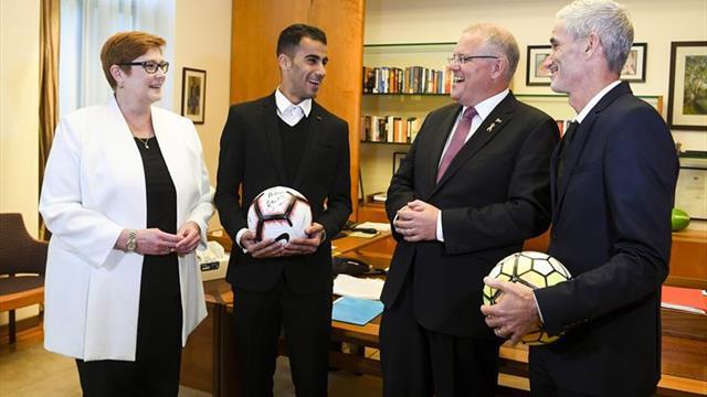 El primer ministro australiano recibe al futbolista bareiní tras su liberación