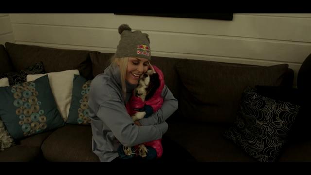 Милейшее видео, в котором Вонн сначала одевает, а потом мимимишкается с любимой собачкой