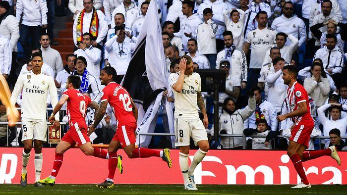 9b9fef8f30a Real Madrid s French defender Raphael Varane (L) and Real Madrid s German  midfielder Toni Kroos