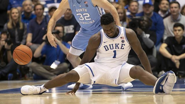 La scarpa si rompe e Zion Williamson crolla a terra, incredibile infortunio per la stella di Duke