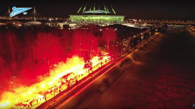 Une haie d'honneur... de fumigènes : l'incroyable arrivée du car du Zenit