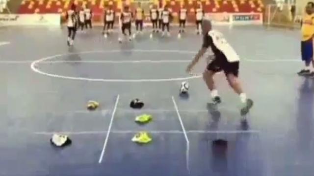 El divertido juego del 'tres en raya' como parte de un entrenamiento de fútbol