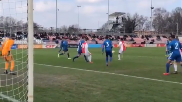 Паренек из молодежки «Аякса» не глядя отправил мяч в девятку в дерби с «Фейенордом»
