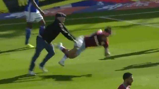 Il pénètre sur la pelouse et frappe un joueur de Villa au visage