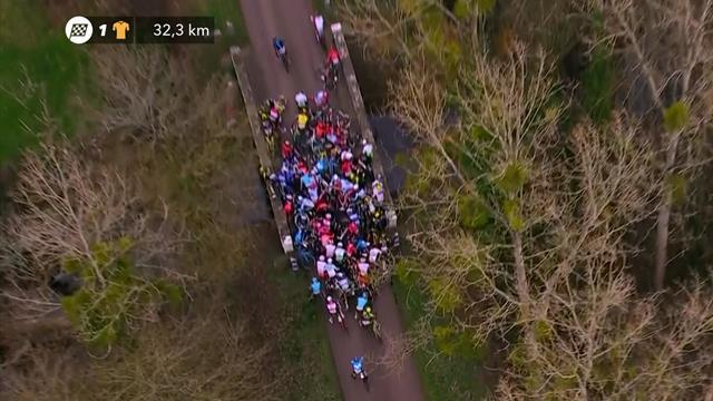 París-Niza 2019: Peligrosísima montonera del pelotón al llegar a un puente