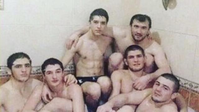Диас высмеял фото Хабиба с пятью мужчинами в ванной