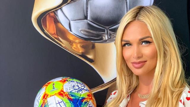 Инфантино подарил Лопыревой первый мяч женского ЧМ