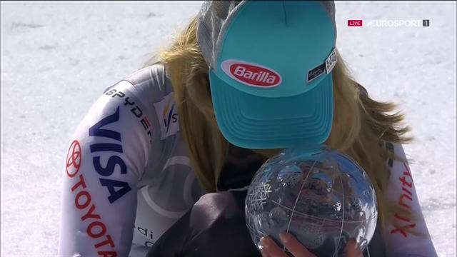 Mikaela Shiffrin scoppia in lacrime abbracciando la coppa di specialità di gigante