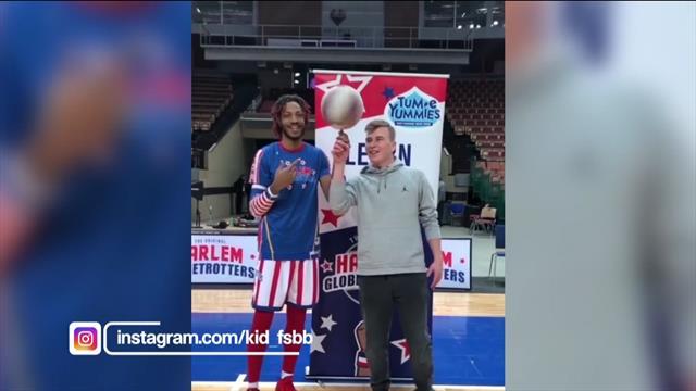 Un freestyler de baloncesto deja boquiabierto a un jugador de los Harlem Globetrotter