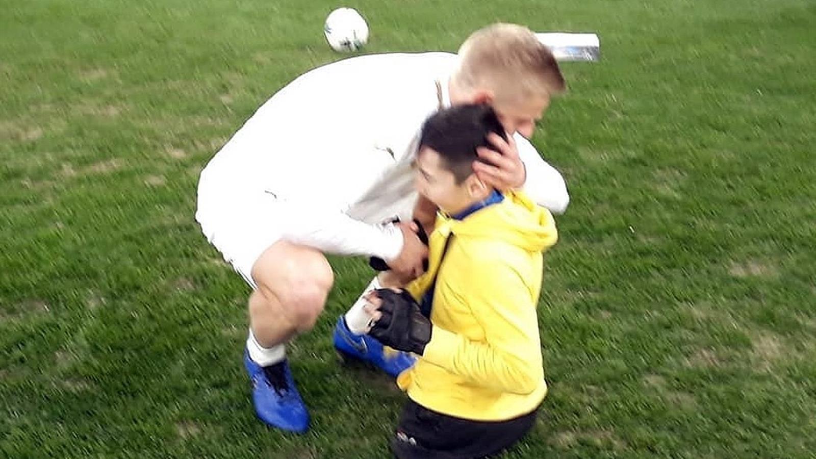Полузащитник «Манчестер Сити» Александр Зинченко сыграл в футбол с безногим мальчиком из Казахстана