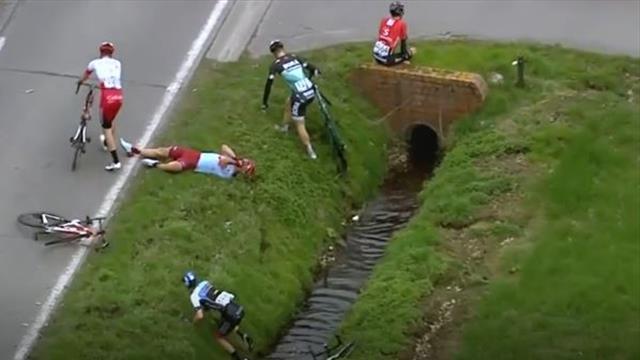 Domino-Effekt führt zu Crash: Sechs Fahrer stürzen - zwei landen im Straßengraben