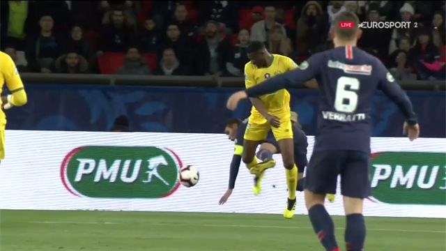 Nantes peut enrager, l'arbitre et le VAR ont oublié un penalty