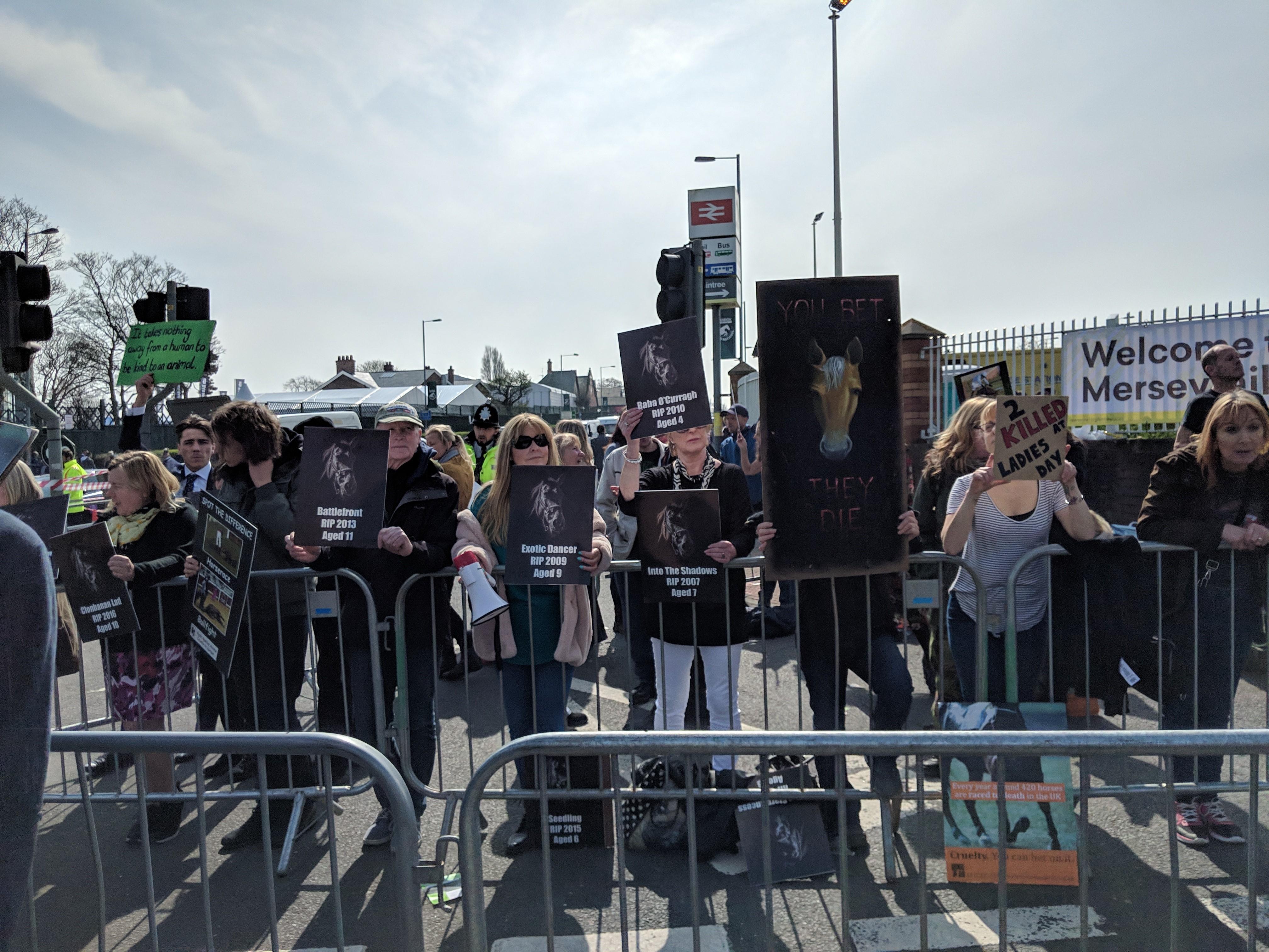 Hayvan hakları savunucuları hipodrom girişinde at ölümlerini protesto ettiler. (Bu görsel The Jockey Club'ın izniyle kullanılmıştır)