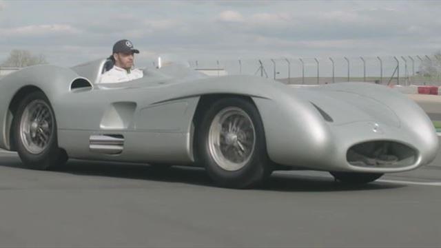 Kult-Rennwagen: Lewis Hamilton im Silberpfeil von 1955