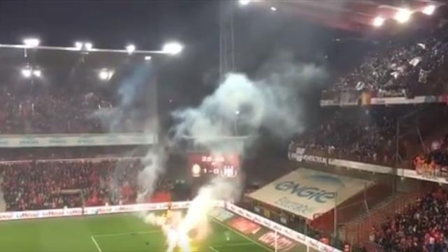 Болельщики «Андерлехта» закидали поле пиротехникой и сорвали матч против «Стандарда»