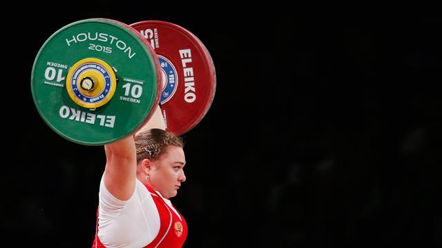 Штангистка Каширина взяла золото ЧЕ и побила 2 мировых рекорда из трех