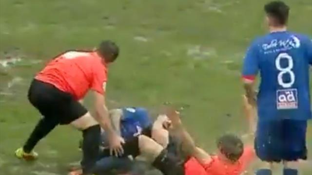 Безжалостный румынский судья разрешил футболистам играть на затопленном газоне