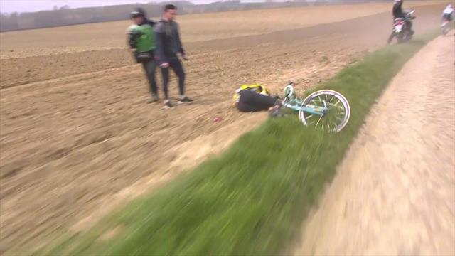 París-Roubaix 2019: Feísima y preocupante caída, se desplomó contra la cuneta