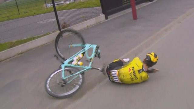 Van Aert suffers heavy crash just after changing his bike