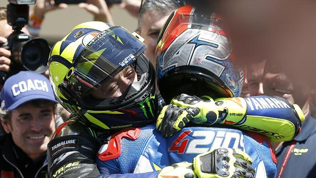 Marquez fa harakiri, Rins vince davanti a Valentino Rossi. Dovizioso 4°, è in testa al mondiale