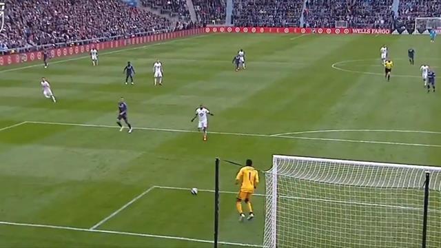 Безумный автогол из MLS: мяч летел мимо, но голкипер подправил его в ворота