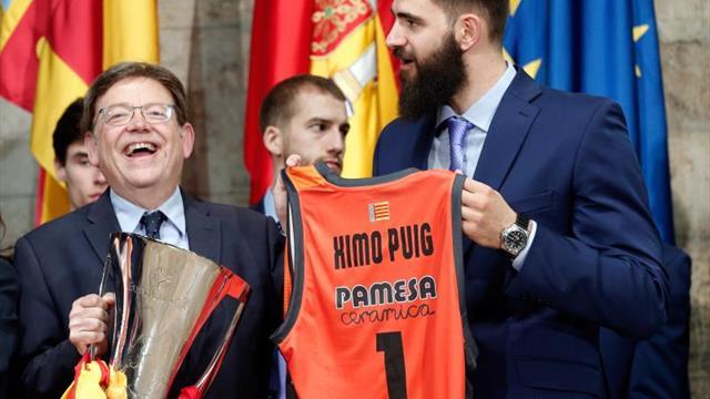 El Valencia ofrece su cuarta Eurocopa a las instituciones acompañado por su afición