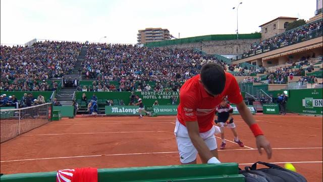 Monte-Carlo - Djokovic fracasse sa raquette face à Kohlschreiber