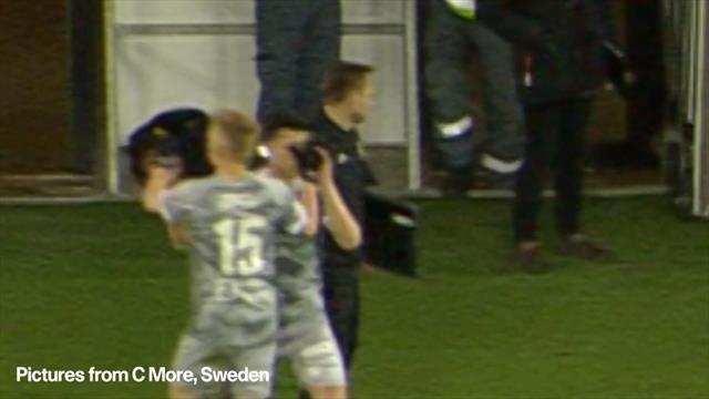In Svezia l'infortunio è comico: giocatore si fa male durante la sostituzione