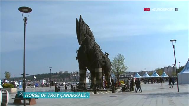 El imponente Caballo de Troya preside la salida de etapa del Tour de Turquía
