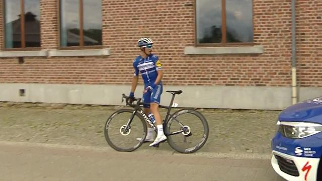 Quick change for Alaphilippe after puncture