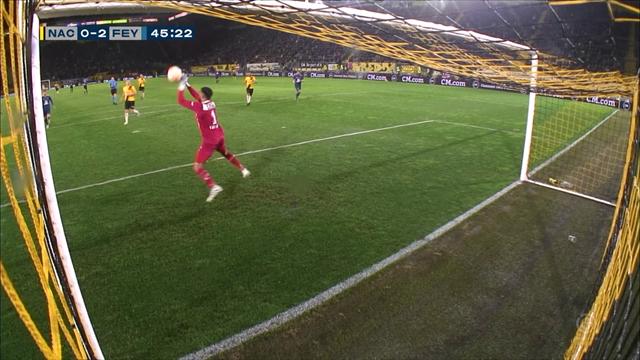 Che papera del portiere del NAC Breda: la palla gli sfugge di mano, il gol è ridicolo