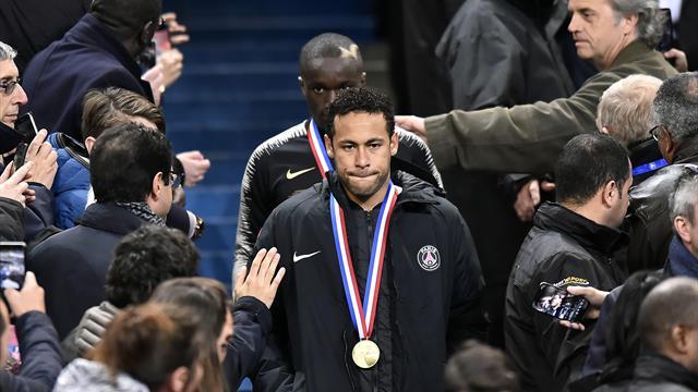 Neymar agrede a un aficionado que le increpaba en la grada