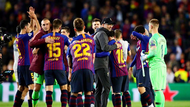 Jürgen Klopp (casquette sur la tête) embrasse Lionel Messi après la victoire du Barça devant Liverpool (3-0), en demi-finale aller de la Ligue des champions.
