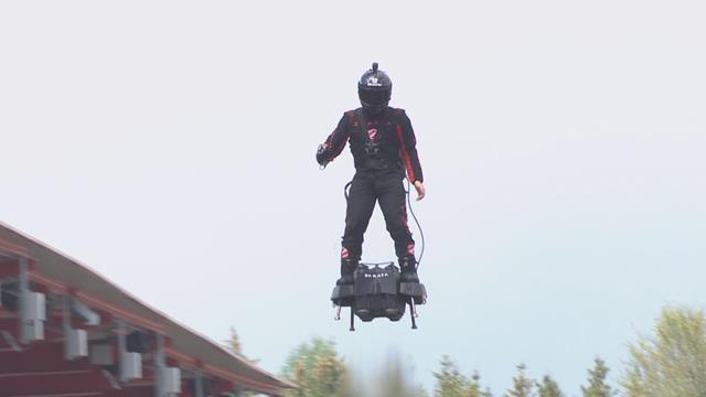 6 Horas de Spa: Acrobacias y un 'flyboard' por encima de coches y público antes de la carrera