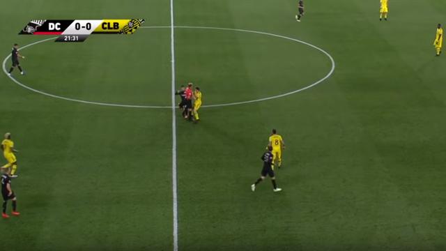 Incredibile in MLS: l'arbitro annulla un gol con la VAR per un suo fallo