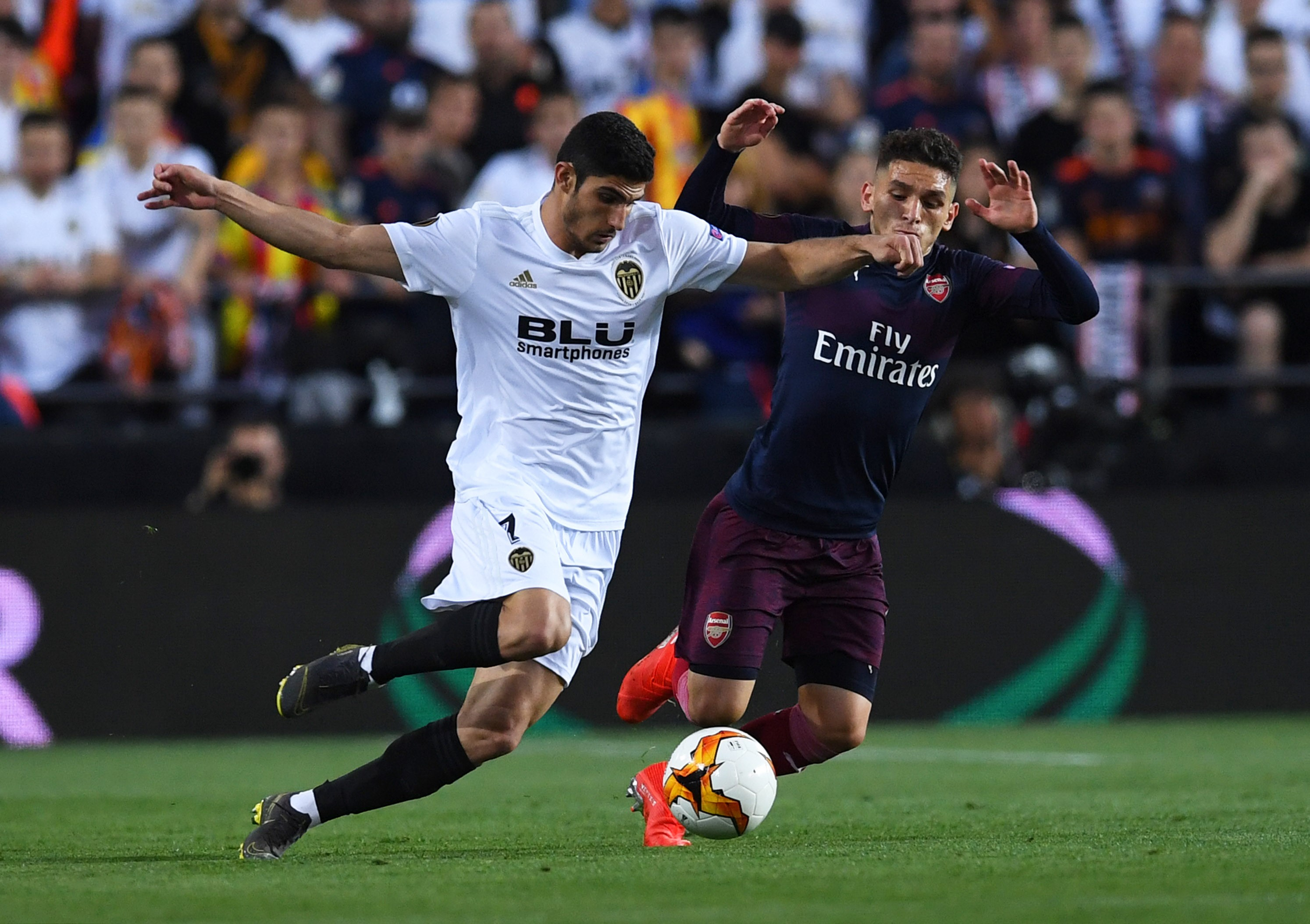 Gonçalo Guedes au duel avec Lucas Torreira lors  lors de Valence-Arsenal en demi-finale retour de Ligue Europa
