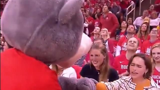 La mascota de Houston Rockets se rinde ante una actriz de Juego de Tronos