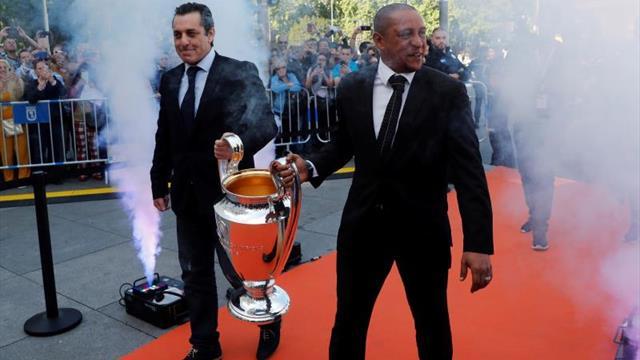 Carmena recibe el trofeo de la 'Champions' de manos de Futre y Roberto Carlos
