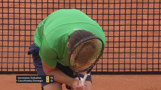 Себальос получил от партнера мячом по затылку и забавно на всякий случай прикрылся ракеткой