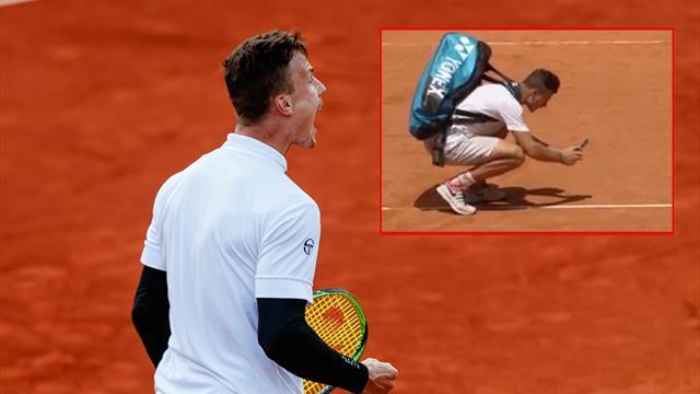 Lo nunca visto en tenis: Dan buena una bola al rival, saca su móvil, la fotografía y la comparte