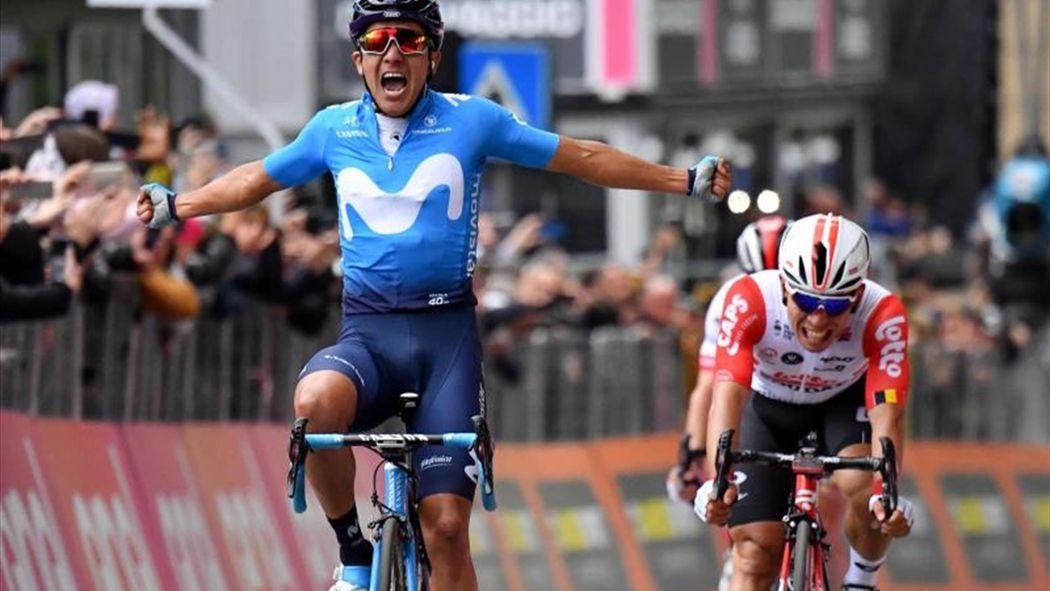 Carapaz cruza victorioso en la meta del Giro