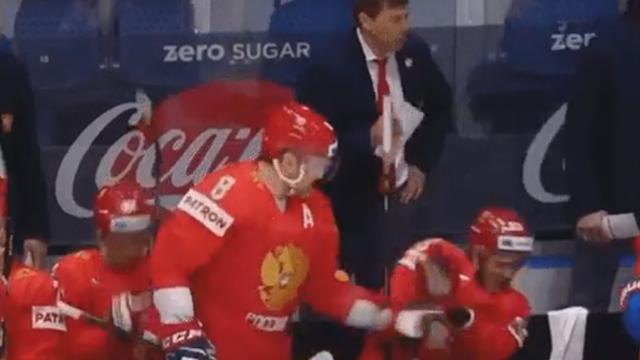 Овечкин поймал крагой шайбу на скамейке и избавил лицо Дадонова от неприятностей