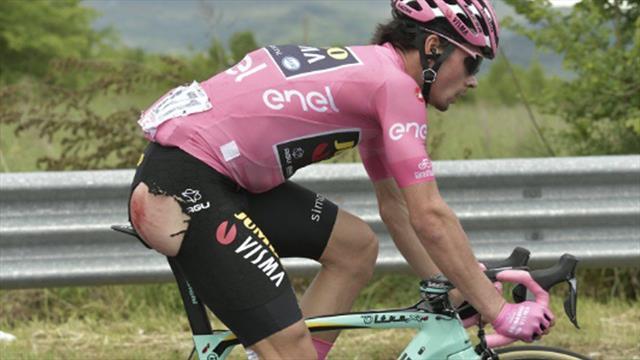 😱 Roglic, líder del Giro, sufre una dura caída en el arranque de la 6ª etapa, pero sigue en carrera