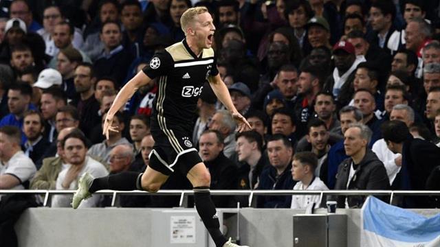 El Ajax estudia mejorar los contratos de Van de Beek y Erik ten Hag