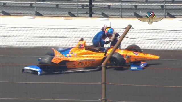 Fernando Alonso distrugge la sua auto a Indianapolis: il video dell'incidente