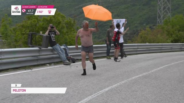 Giro de Italia 2019: En calzoncillos y con paraguas, ¡tronchante imagen de espectador!