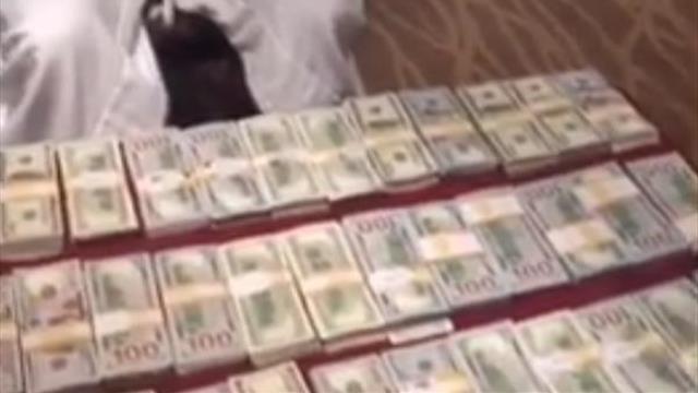 Мэйуэзер разложил на столе 1 млн долларов наличкой и залип перед ним в телефоне