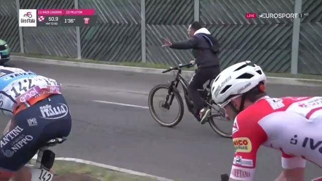 Giro de Italia 2019: ¡Mira, mamá, sin manos! Un aficionado iguala al pelotón con una bici eléctrica